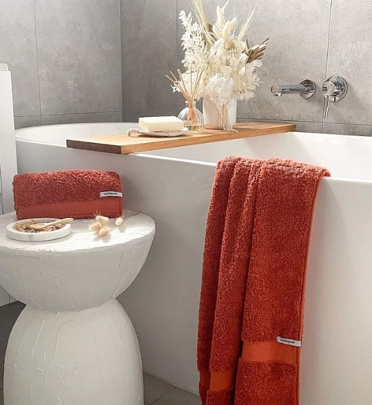 red in bathroom decor